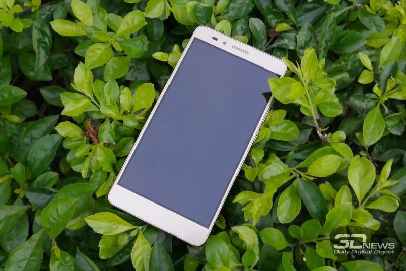 Huawei Honor 5X, лицевая панель: над экраном расположены разговорный динамик, фронтальная камера, индикатор состояния и датчик освещенности