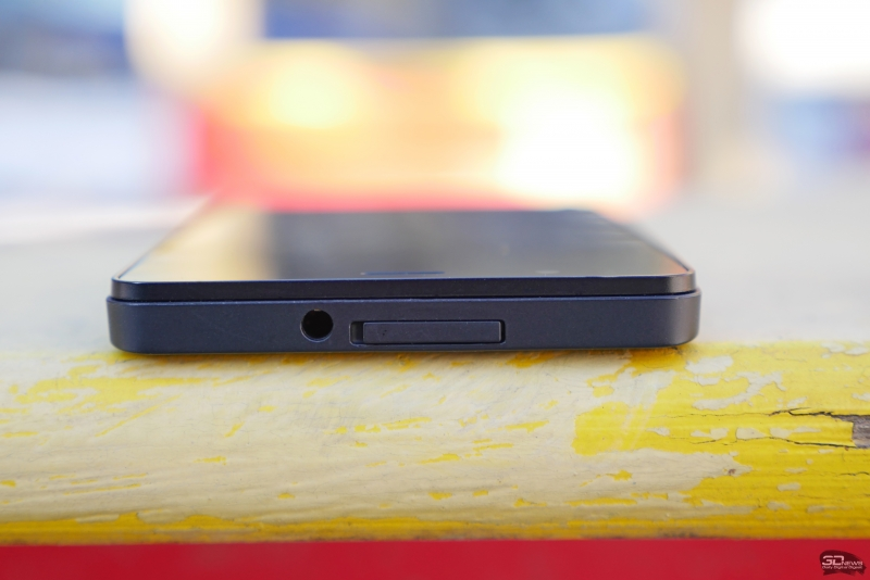 BQ Aquarius E5 HD, нижняя грань: разъем microUSB и основной динамик