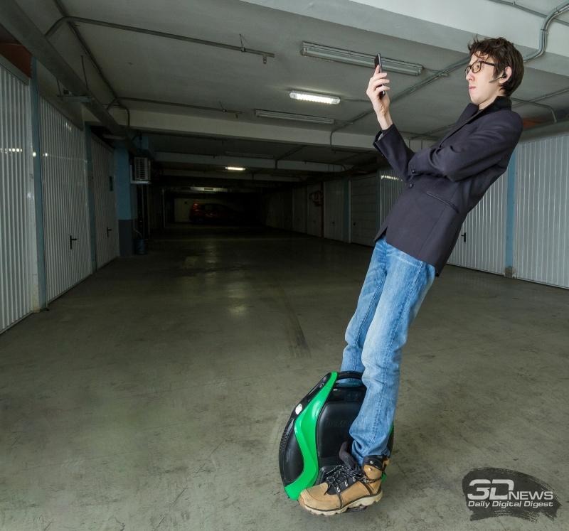 Езда назад требует стальных нервов и хорошего владения техникой управления моноколесом