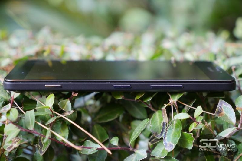 Microsoft Lumia 950, правая грань: качелька громкости, клавиша включения и клавиша спуска камеры